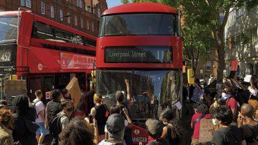 A Londres les gens sont descendues dans la rue.