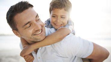 Les pères encouragent souvent leurs enfants à explorer et prendre des risques, tandis que les mères offrent la stabilité et la sécurité.