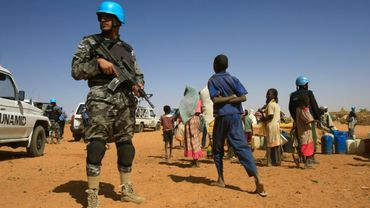 Un casque bleu de la mission conjointe des Nations unies et de l'Union africaine au Darfour, la Minuad, monte la garde dans le camp de déplacés de Zam Zam, dans le nord du Darfour, le 9 avril 2015