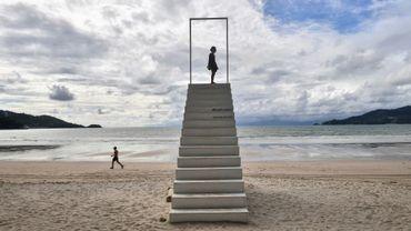 Des enfants jouent sur la plage presque vide de Patong, sur l'île de Phuket, en Thaïlande, le 1er octobre 2020