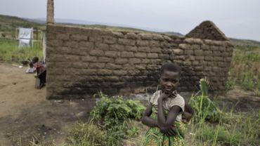 Une petite fille rejoint son village, dans la province du Tanganyika, après une attaque d'une milice bantou, le 18 septembre 2017.