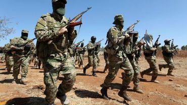 Des combattants du groupe jihadiste Hayat Tahrir al-Cham s'entraînent dans la province d'Idleb, dernier bastion insurgé dans le nord de la Syrie, le 14 août 2018