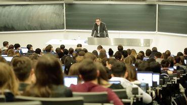 Des auditoires avec des étudiants occupant chaque place (voire les escaliers), c'est fini pour un certain temps à l'Université de Liège