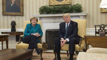 Donald Trump snobe une poignée de main avec Angela Merkel (vidéo)