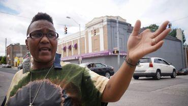 Erricka Bridgeford, une des organisatrice d'un cessez-le-feu de 41 heures, désigne le 8 août 2017 le carrefour à Baltimore où son cousin a été tué par balle en 2015, à Baltimore aux Etats-Unis