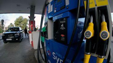 La hausse tendancielle des prix des carburants a déclenché un mouvement de protestation, contraignant l'exécutif à s'expliquer sur la fiscalité écologique.