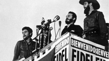 Fidel Castro, entouré de Che Guevara et Camilo Cienfuegos, le 8 janvier 1959 à La Havane