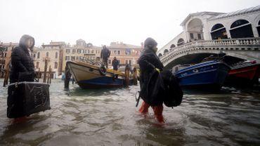 Il faut patauger dans l'eau près du pont Rialto