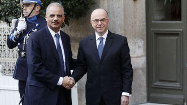 Le ministre américain de la Justice Eric Holder aux côtés de Bernard Cazeneuve, ministre français de l'Intérieur.