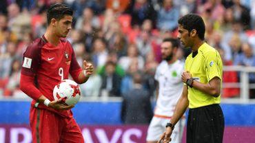 André Silva avec l'arbitre