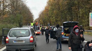 Les gilets jaunes mènent une opération escargot et bloquent l'E19 à Roeulx, vers Bruxelles