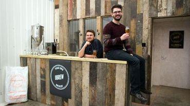 """Matthew Denham (gauche) et Wilf Horsfall, dans les locaux d'""""UBrew"""", le 16 février 2015 à Bermondsey dans le sud de Londres"""