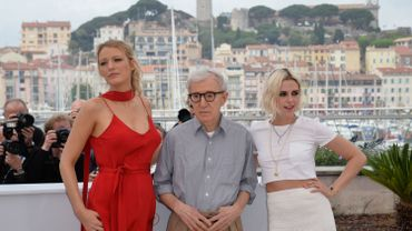 Blake Lively, et Kristen Stewart entourent Woody Allen au photo call ce matin
