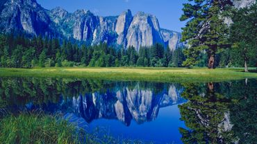 """Le """"Cathedral Range"""" et son sommet le plus élevé, """"Echo Peaks"""", Parc national de Yosemite aux Etat-Unis."""