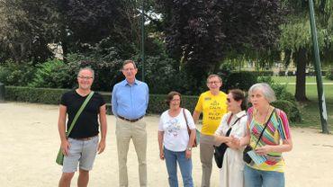 L'association Okra (Jo Bossuyt en noir à gauche) organise toute une série d'activités pour les Flamands de Bruxelles, comme Rita en jeans à droite de l'image... même si quelques francophones sont aussi présents
