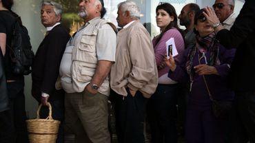 Les Chypriotes font la file dans les agences bancaires