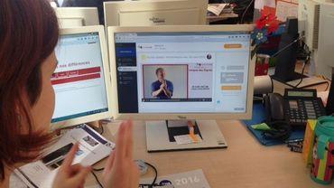 Suivre des cours de langue des signes depuis son écran d'ordinateur