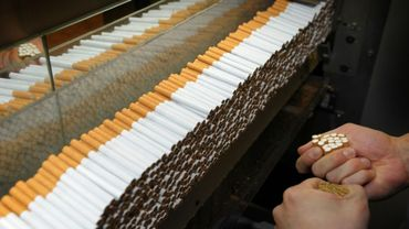 Un employé de l'usine British American Tobacco de Bayreuth en Allemagne, le 11 mars 2011
