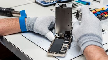 Technician repairing a smarphone
