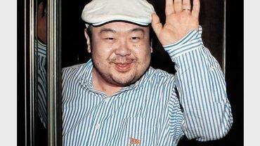 Kim Jong-Nam, demi-frère du nouveau dirigeant de la Corée du Nord, salue les journalistes après une interview, le 4 juin 2010 à Macau.