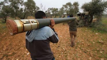 Membres du Front de libération nationale syrien portant des missiles GRAD, dans le village de Talhiyeh, près d'Idleb.