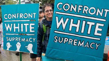 """De nombreux Américains dénoncent les groupes racistes, extrémistes, xénophobes, antisémites et partisans de la suprématie de la """"race"""" blanche."""