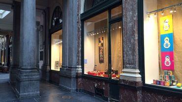 Les vitrines couvertes de toile empêchent de voir les murs mis à nu, dans ce commerce des Galeries Royales Saint Hubert