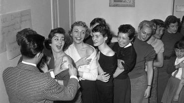 Des mannequins parisiens se font vacciner en grand nombre contre la variole, le 4 février 1955, à Paris