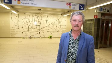 Benoît Van Innis devant son oeuvre de l'olivier à Maelbeek.