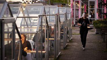 Un centre culturel d'Amsterdam a eu l'idée d'utiliser de petites serres, habituellement consacrées à des projets artistiques, pour offrir aux futurs clients de son restaurant un coin repas privé.