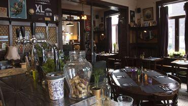 Le PastaCafé, installé au cœur du village d'Alsemberg, dans le Brabant flamand, compte parmi ces lieux qui ont su garder le mieux leur décor des années 1920-1930.