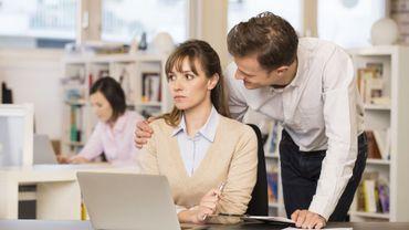 Le harcèlement sexuel dans le milieu du travail.