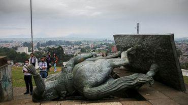 La statue du conquistador espagnol Sebastian de Belalcazar gît à terre après avoir été renversée par des Amérindiens, le 16 septembre 2020 à Popayan, en Colombie