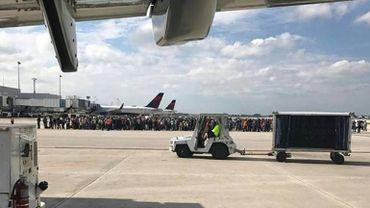 Après l'attaque, de nombreux passagers ont été réunis sur le tarmac.