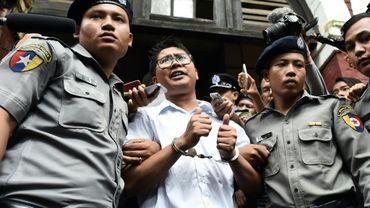 Le journaliste birman Wa Lone (C) escorté par des policiers après sa condamnation à sept ans de prison, à Rangoun le 3 septembre 2018