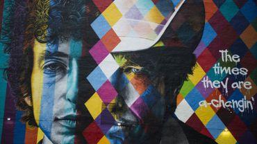 Huit jours après l'annonce du prix, un membre éminent de l'Académie suédoise avait fustigé le comportement de Bob Dylan qui n'avait ni répondu aux appels téléphoniques répétés de l'Académie ni d'aucune façon réagi.