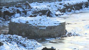 La tour médiévale lors de sa découverte, sous la neige.