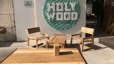 Deux chaises et une table basse réalisés grâce à la récupération d'un vieux meuble en chêne