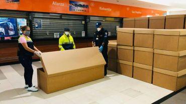 Photo diffusée le 5 avril 2020 par le bureau du maire de Guyaquil, en Equateur, montre des employés manipulant des cercueils en carton.