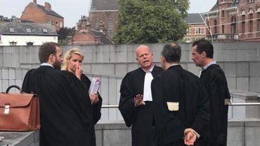 Maître Sven Mary (au milieu) conseil de Stéphane Pauwels en discussion avec les autres avocats