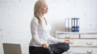 Yoga: 5 exercices pour se détendre au bureau