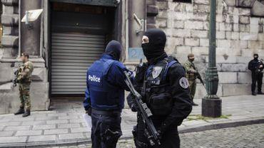 Policiers et militaires devant la chambre du conseil à Bruxelles.