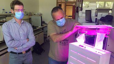 Simon De Jaeger et Eric Haubruge présentent le stérilisateur de masques mis au point à l'université de Liège.