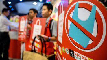 Les chaînes de supermarchés thaïlandaises ont cessé depuis le 1er janvier la distribution gratuite de sacs plastique aux caisses.
