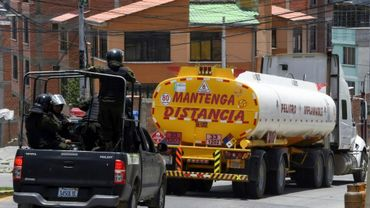 La police bolivienne escorte un camion-citerne d'El Alto à La Paz, victime de pénuries de carburants, après que le blocage de l'usine de combustible de Senkata par des partisans de l'ancien président Evo Morales