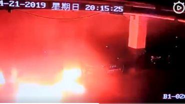 Capture d'écran Twitter: une Tesla explose en Chine