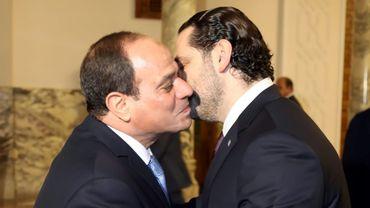 Photo fournie le 21 novembre 2017 par l'agence photo libanaise Dalati et Nohra montrant le président égyptien Abdel Fattah al-Sissi donner l'accolade au Premier ministre libanais démissionnaire Rafic Hariri au Caire