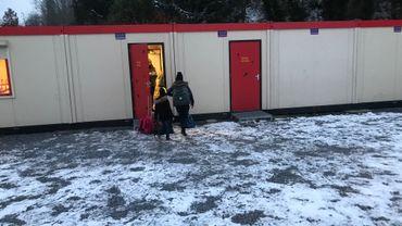 Les enfants de l'école communale du Centre Hornu rentre dans leur classe, un containeur qui ne devait être là que 6 mois. Ca fait 2 ans.