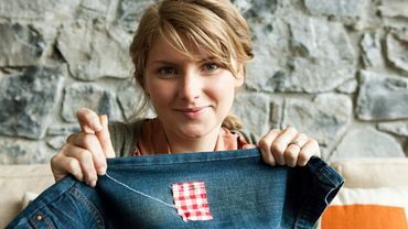 Réparer ses vêtements permet de réduire le gaspillage, et de faire des économies.