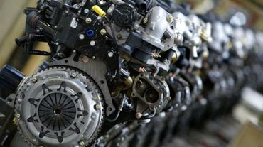 Photo prise le 22 mars 2002 de la chaîne de montage des moteurs diesel HDI de l'usine PSA Peugeot Citroën située à Trémery en Moselle, dans l'est de la France